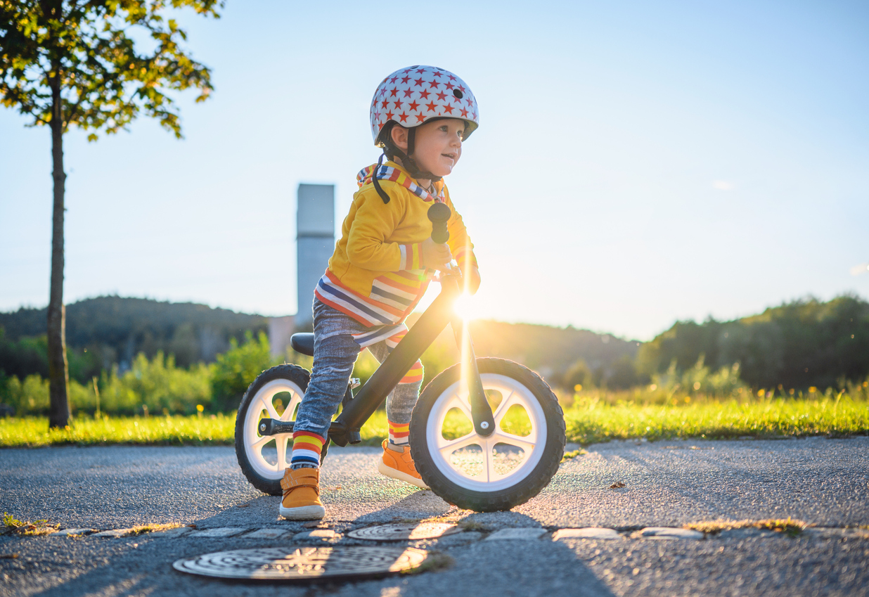 Un enfant apprendre à faire du vélo sur une draisienne