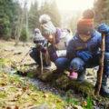 Des enfants apprennent et observent la nature