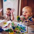 Deux enfants font des activités créatives