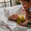 Faire des caresses à bébé