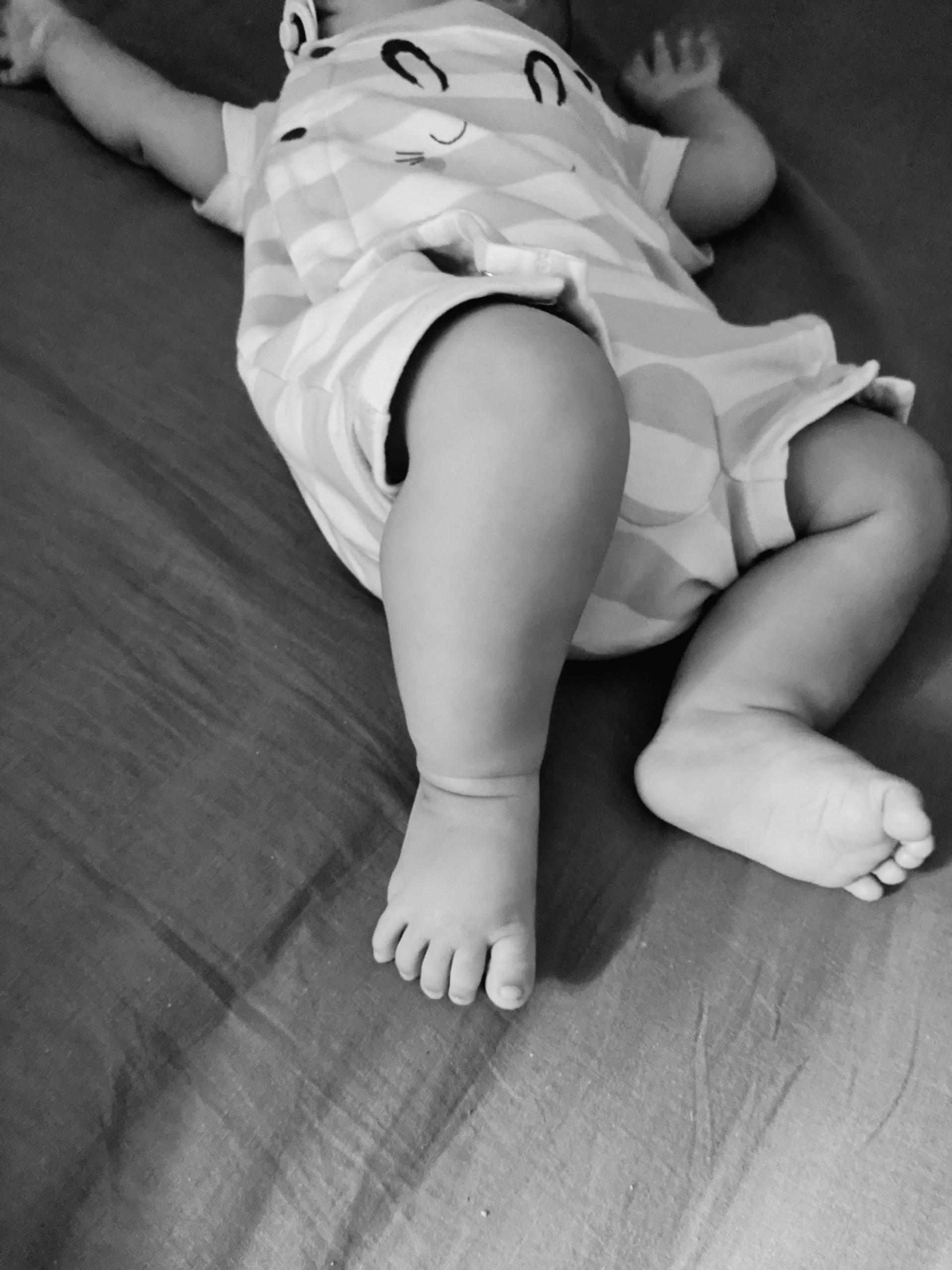 Laisser bébé pieds nus