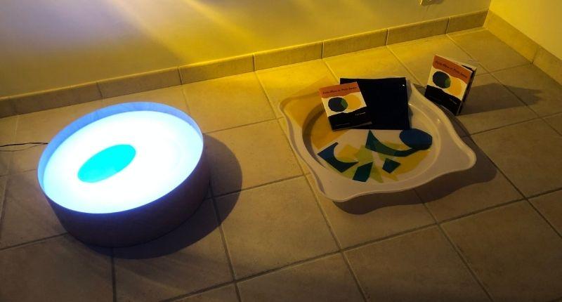 activité table lumineuse et mélange de bleu et jaune