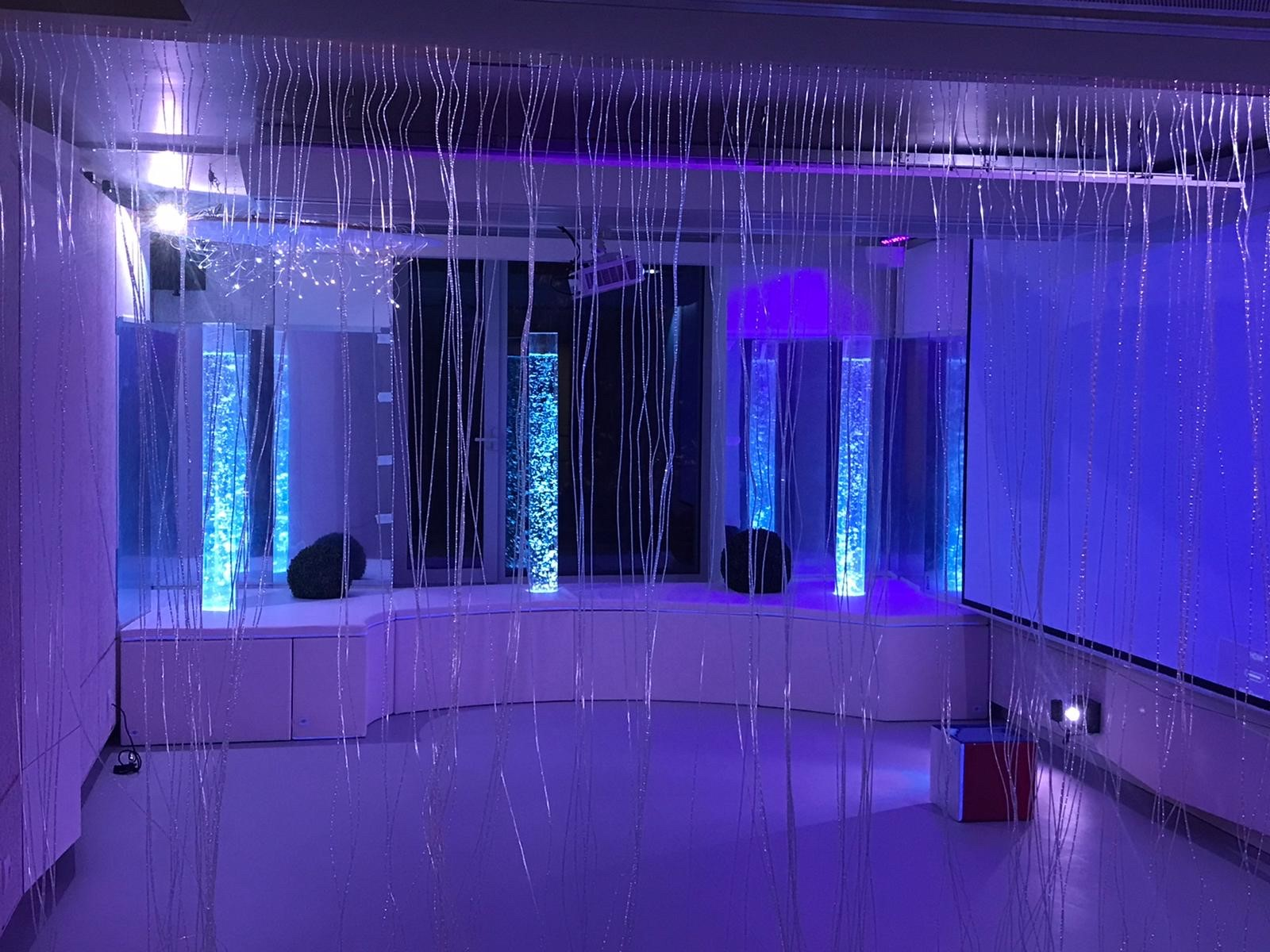 Une salle sensorielle plongée dans l'obscurité