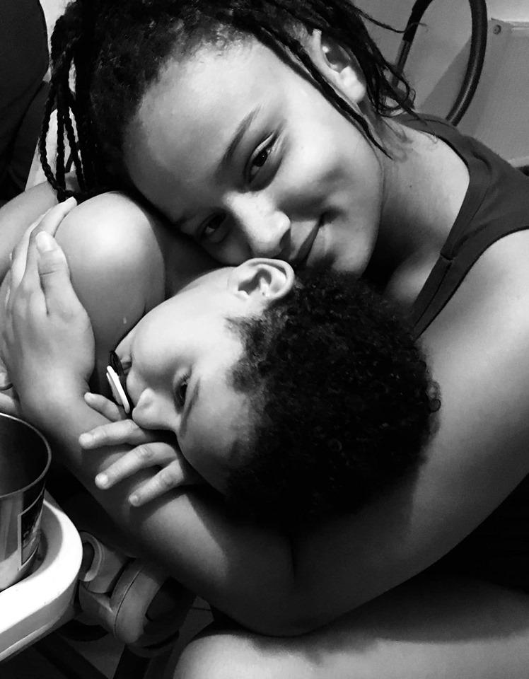 Une aidante et un enfant