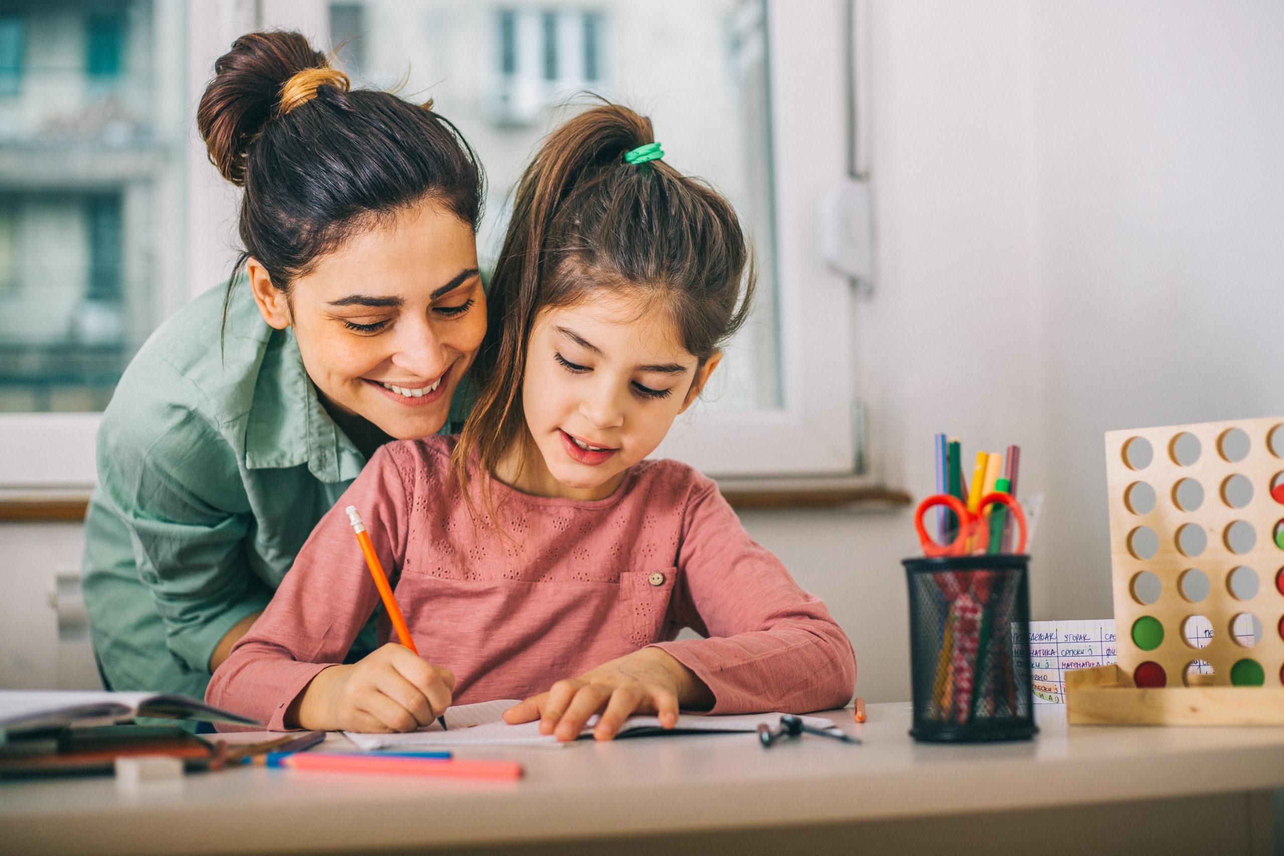 Mère et sa fille font des devoirs