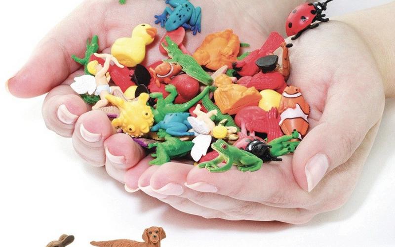 Des mains qui tiennent des figurines